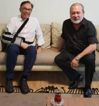 柔州蘇丹依布拉欣陛下(右)探望安華。
