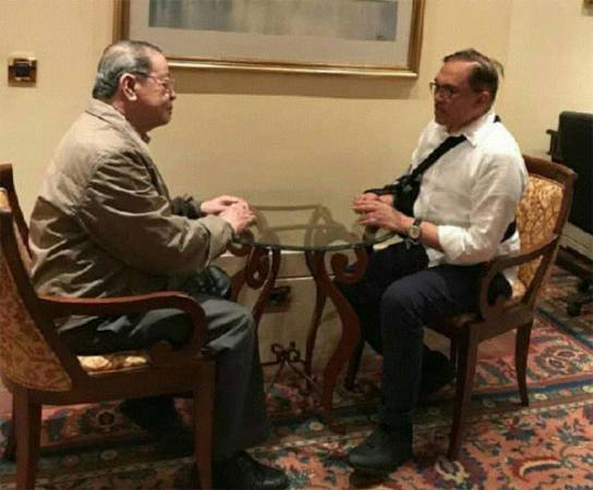 安華(右)與林吉祥就時事課題交流。