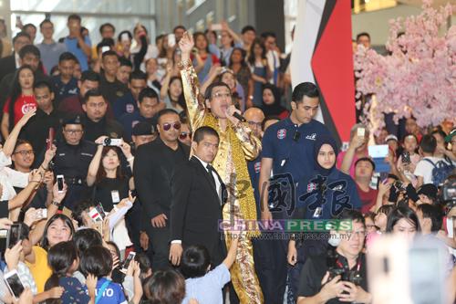 """Piko太郎從柏威年廣場大門進入會場,身邊有保安護送,還用馬來語""""Apa khabar""""與群眾打招呼,甚有巨星風範。"""