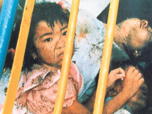 當年其中一名9歲的小女孩,在面對坍塌慘案時,飽受驚嚇。