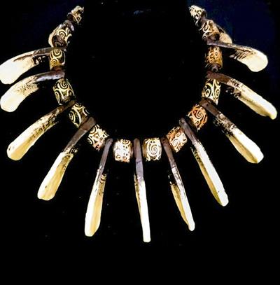 """這條項圈(Choker)稱為""""戰士紙珠"""",正如它的名字一樣,只有勇者才能佩戴,以滾動手工紙珠結合砂拉越部落圖案,再加由紙粘土製成的熊牙組合而成。"""