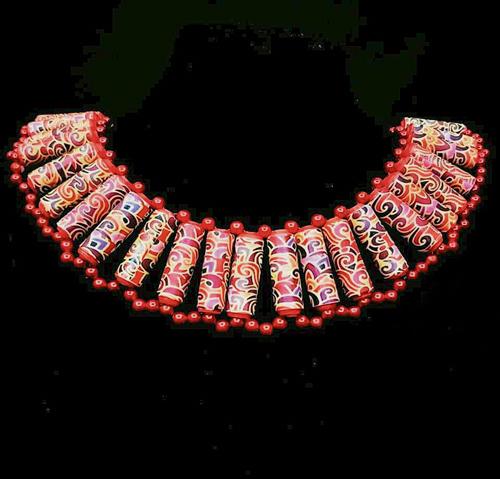 """""""Nefertiti2"""" (娜芙蒂蒂,埃及法老阿肯納頓的王后),靈感來自伊班語言中的項圈, 每個紙珠都是用手工卷製的,並用小紅色種子珠裝飾,適合年輕女士佩戴。"""