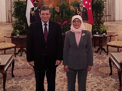 賽夫丁(左)與新加坡總統哈莉瑪。(取自賽夫丁面子書)