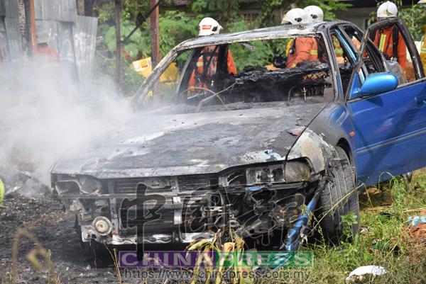 停放在屋前轎車被燒毀,事主損失慘重。