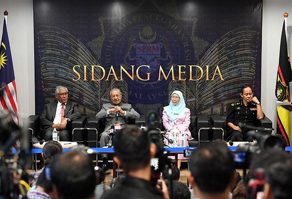 馬哈迪(左2)告訴大家,他的生日願望是希望媒體協助政府打貪。