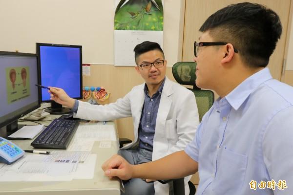 亞大醫院男性性功能中心主任邱鴻傑(左),教導患者攝護腺的位置,以及平時正確的保養方式。