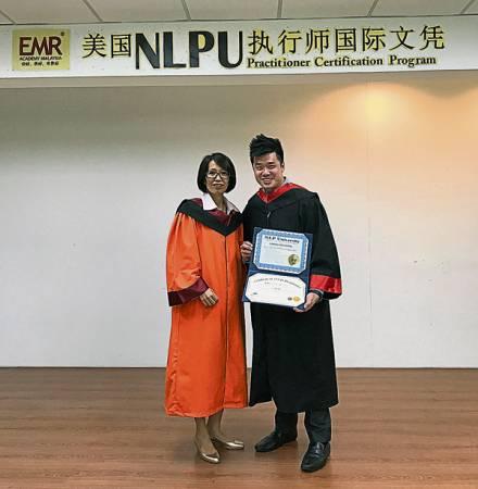 張瑋良(右)獲得美國NLPU執行師國際文憑,為自己增值。