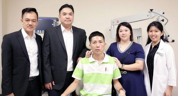 郑贾晋与太太(左3、4)非常感谢霍万贵(左起),郑应平教授及听力学家刘悦珺 (右)帮助他重返有声世界!
