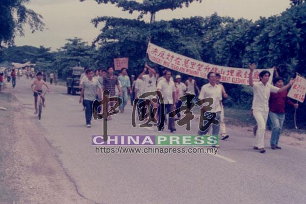 提煉廠公佈新埋毒槽地點設立在萬里望升旗山下後,委員會發動2萬人的抗議行動。