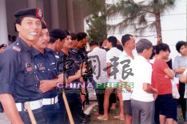 審訊期間,警方也派出大批人手駐守在法庭外。