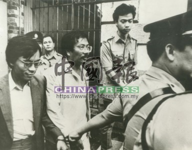 陳松青(左2)與其得力助手何桂全(左)一同打官司,名副其實共同進退。