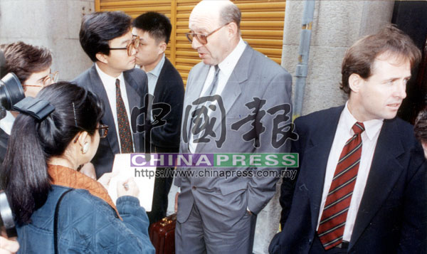羅連奧斯曼重金禮聘的大律師(右1)正向媒體記者發表談話。