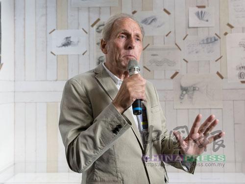 """泰奧楊森從小就對物理與藝術有極大的興趣,經常參與藝術和科技的項目,80年代因""""飛行UFO項目""""而成名,被媒體譽為被喻為""""現代達文西""""。"""