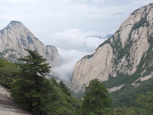 萬丈山澗,被座座拔地而起的山峰包圍著,群山高低錯落,連綿起伏,有直插入雲霄的霸氣,也有如詩如畫的纏綿。