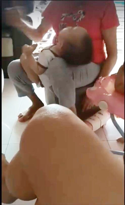 男童哭鬧,保母用手掌拍打男童嘴巴。