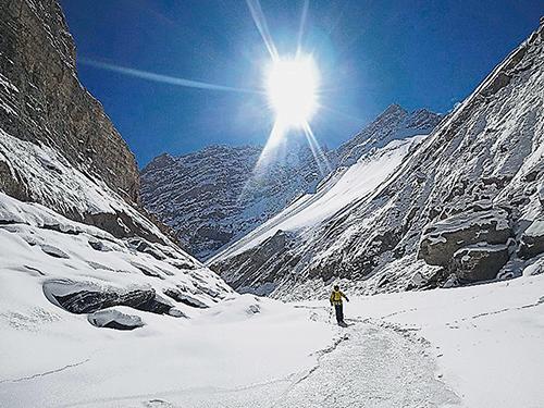 在結冰河面徒步如履薄冰,雖然危險但絕美景色也是畢生難得一見。
