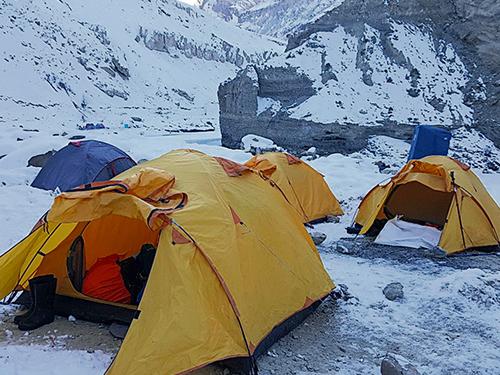 晚上在冰天雪地搭營帳過夜,嚴寒中很難入睡,最折磨是半夜起身上廁所(后方藍色布帳)。