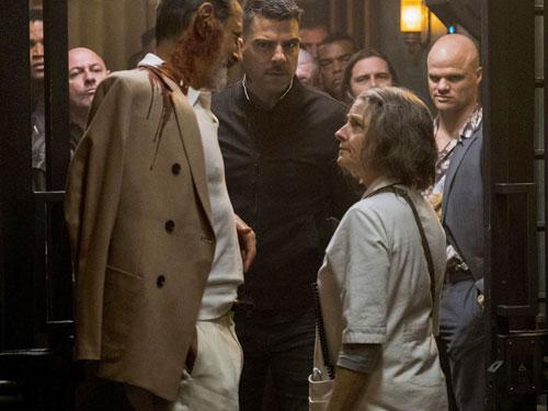"""""""月神酒店""""龍蛇混雜 ,忙碌的夜晚,護士珍被迫尚要接待""""狼王""""這病患。"""