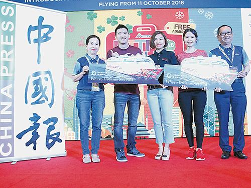 仇必順(左2)及林佩珊(右2)贏取雙人6天5夜星夢郵輪雲頂夢號露台客房配套獎品,左起為黃黛梅、韓枚蓉及劉偉康。
