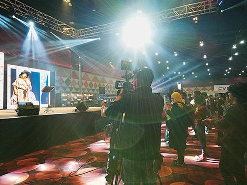 粉絲拍攝、錄影mao在台上的演出。
