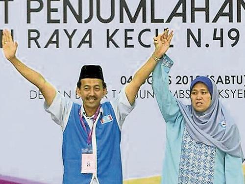 希盟候選人扎瓦威以高得票率當選,他與妻子在開票后,站在台上感謝選民支持。
