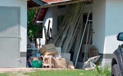 峇都蘭樟巷的公務員宿舍範圍擺滿雜物。(拍攝日期為2017年12月12日,圖取自總審計司報告)