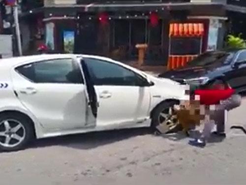 男子未將車子停在泊車格,車子被鎖上車輪后,竟親自拆除輪胎鎖。