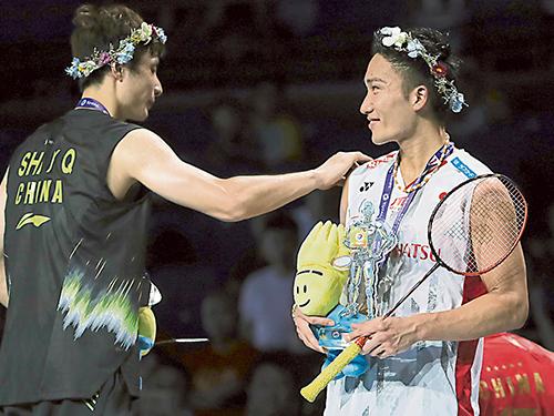 桃田賢鬥(右)和石宇奇分別登上男單世界冠軍和亞軍,意味羽壇新時代的到來。(美聯社)