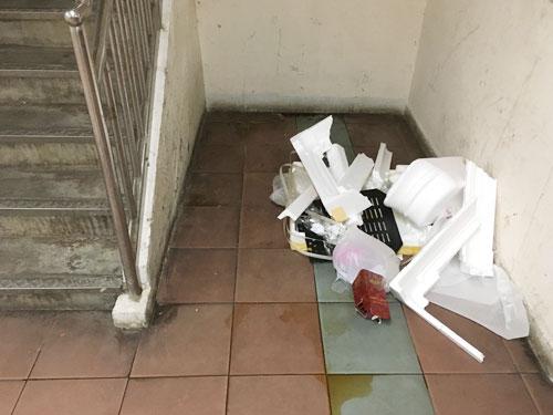 """""""貧民窟""""的環境衛生欠理想,垃圾、尿漬到處可見,一不小心便會踩到地雷。"""