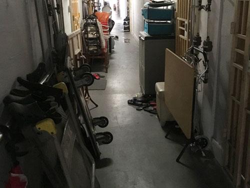 租賃組屋空間有限,于是走廊成了雜物間。