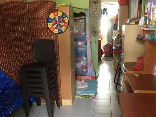 一房式的租賃組屋,吃飯、睡覺、學習、娛樂全在同一個空間裡,房間格局一目瞭然。