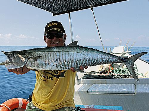 師傅Jacky  Chang幸運的用輕快鐵釣上了兩條馬鮫。