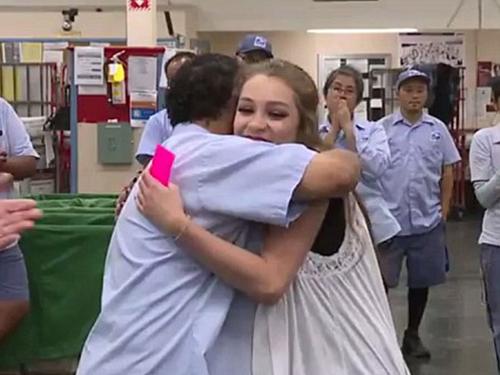兩人激動擁抱。
