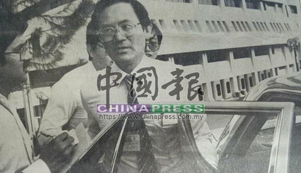 拿督紀永輝欲乘車離去時,受到聞風而至的記者圍問。
