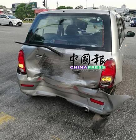車主轎車遭邁薇轎車猛撞後部。