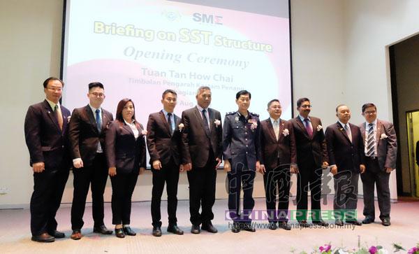 江華強(左5)出席威省中小型企業公會與關稅局聯辦的全國首場SST說明會。