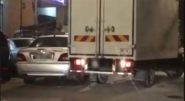 貨櫃羅厘最後直接擦撞轎車,倒車離開。