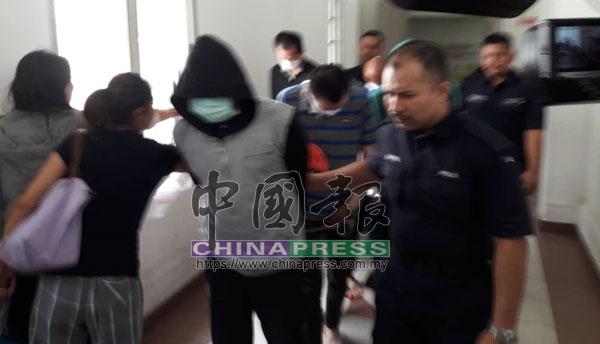 7名被告被警方押離高庭時,用衣服、毛巾或戴口罩等掩臉。