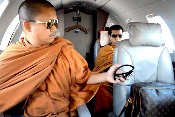 維拉蓬當年乘坐專機,戴著墨鏡,他身旁則是一個LV包包。