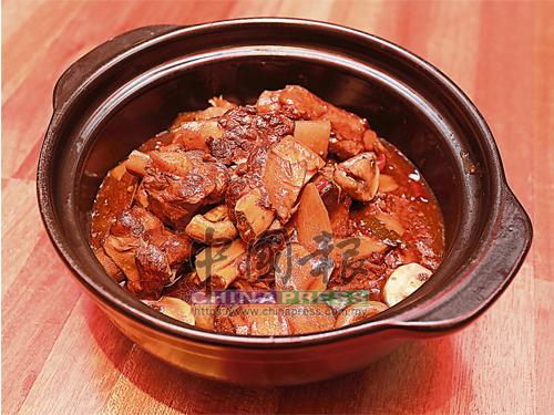 燜煮得香軟入味的香燜黑毛豬骨,是主廚研發的特色菜,因坊間多以烤的方式來烹調黑毛豬,所以主廚嘗試以八角、桂皮、面豉、辣椒乾等材料來燜黑毛豬骨,以呈現出不同風味和口感。