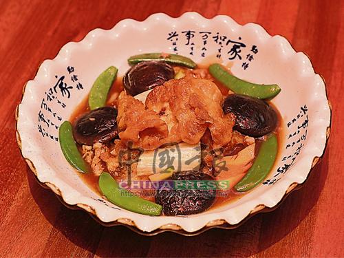 """港潮燜魚鰾是潮州家庭的尋常菜餚,但魚鰾要炸得蓬鬆爽口又沒有油漬味,確實十分考驗大廚處理海味的功力。這碟港潮燜魚鰾加入吊片、蠔油和豬骨湯底燜煮,魚鰾入口鹹鮮之餘又""""煙韌""""爽口。"""