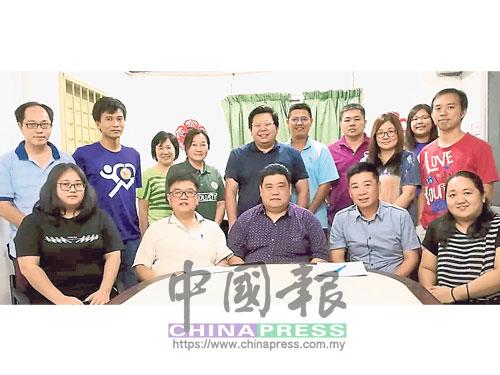 丹中舉辦916校友回校日,黃子桎(前排右2起)、鄒德評及吳建成。