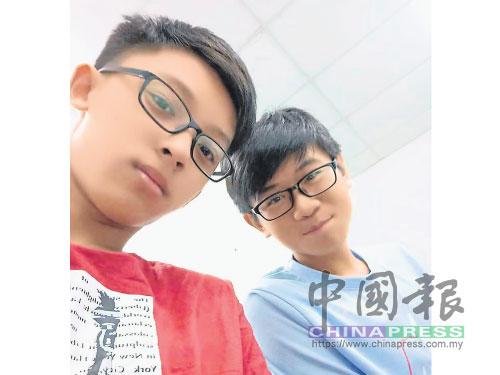周世豪(左)訪問后,與受訪同學黃德祥合照,感謝對方全力配合。