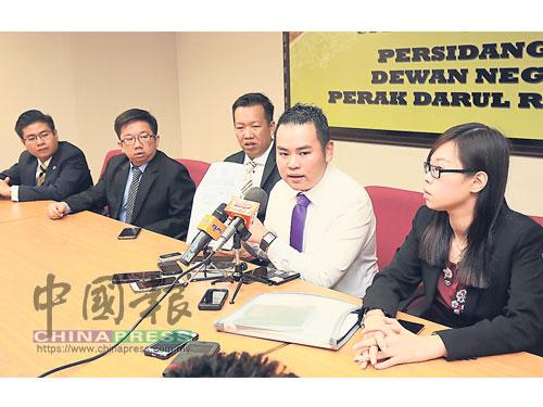 張哲敏(右2)在崔慈恩(右起)、黃文標、周錦歡及張宇晨陪同下,促請霹州國陣4黨交待土地擁有權事宜。