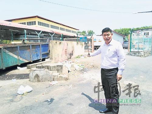 朱建華促請民眾把垃圾丟進大垃圾槽裡。