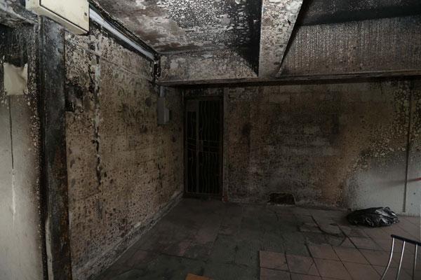 事發組屋的天花板和牆壁燒黑,足見火勢之猛烈。