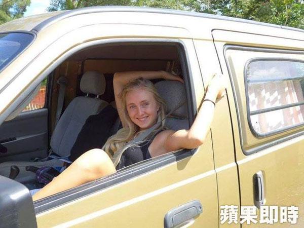 阿琳娜在澳洲開改裝車環繞一周旅行一整年。