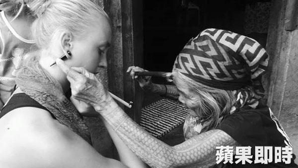 阿琳娜在菲律賓深山原始部落接受耆老刺青。