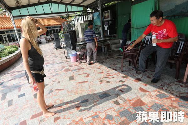 阿琳娜赤腳走在路上,大熱天高雄市民指著赤腳說,真厲害 不燙喔。