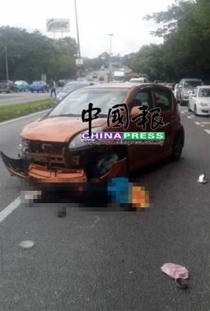 女死者被拋出車外后,上半身遭捲入自己的車底,當場斃命。
